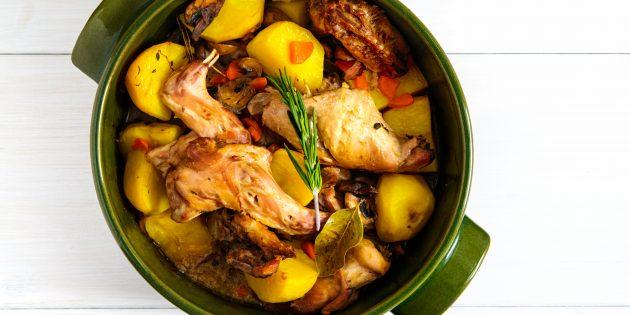 Кролик в горшочке с картофелем и морковьюв духовке: простой рецепт