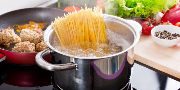 كيفية طهي السباغيتي على الموقد