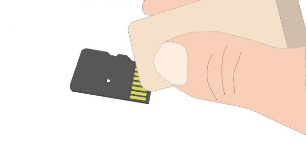 यदि फ़ोन मेमोरी कार्ड नहीं देखता है तो क्या करें: एक नियमित इरेज़र का उपयोग करते हुए, धीरे से कार्ड के पीछे पीले रंग की धारियों को पोंछें