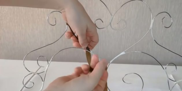 Decorative fireplace with your own hands: Make a fireplace lattice from wire and conserve it with a ribbon