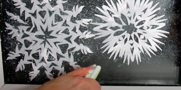 How to draw snowflake: spray paste on glass