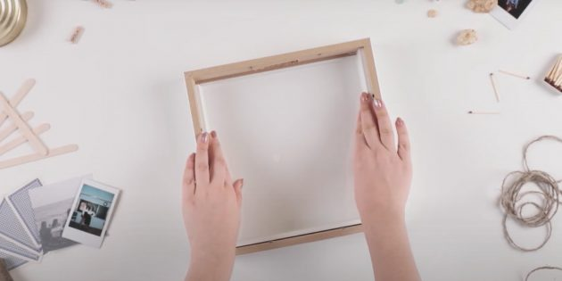 Cofrinho com suas próprias mãos: Remova a parte superior do aro e insira-o no quadro