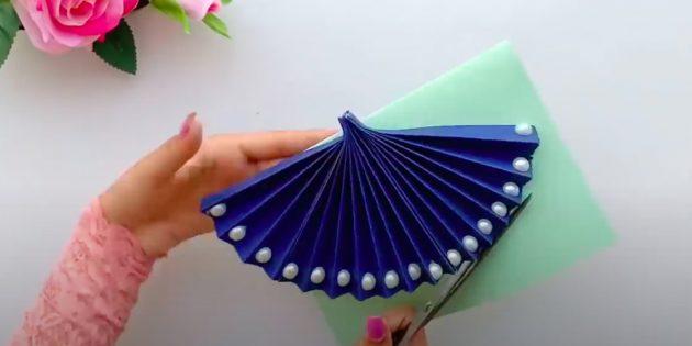 Наклейте веер на сложенную бумагу