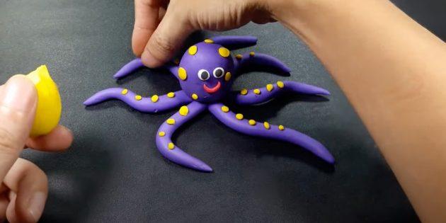 «Октопус» пластилинінен қолөнер: денеге көздер мен ұпайлар жасаңыз