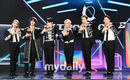 "ONEUS、5thミニアルバムの発売記念ショーケースを開催…メンバー命名の""膝を壊すパフォーマンス""を披露"