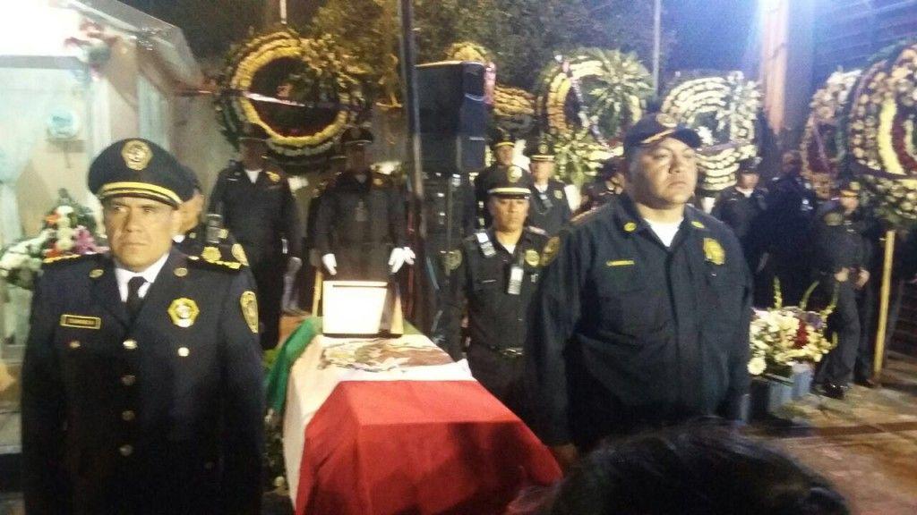 Policías rinden homenaje a su compañero muerto
