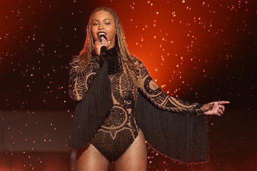 """ARCHIVO - Beyonce interpreta """"Freedom"""" en los Premios BET en Los Angeles en una fotografía de archivo del 26 de junio de 2016. Beyonce y Adele son las artistas más nominadas a los Premios MTV a los Videos Musicales, donde sus videos competirán con el controversial """"Famous"""" de Kanye West en la categoría al video del año. Los Premios MTV a los Videos Musicales se transmitirán en vivo el 28 de agosto desde Nueva York. (Foto Matt Sayles/Invision/AP, archivo)"""
