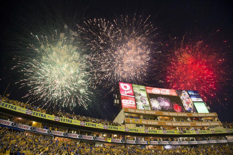 El encuentro arrancó con un impresionante ambiente en la cancha de los Tigres. Foto de Mexsport