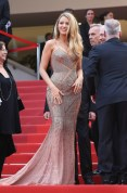 Blake Lively égérie L'Oréal en Atelier Versace