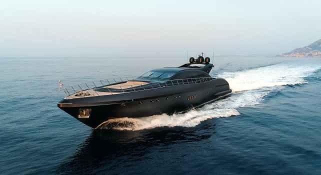 Mangusta 108 Neoprene : Un yacht d'exception aussi long qu'un Boeing 737