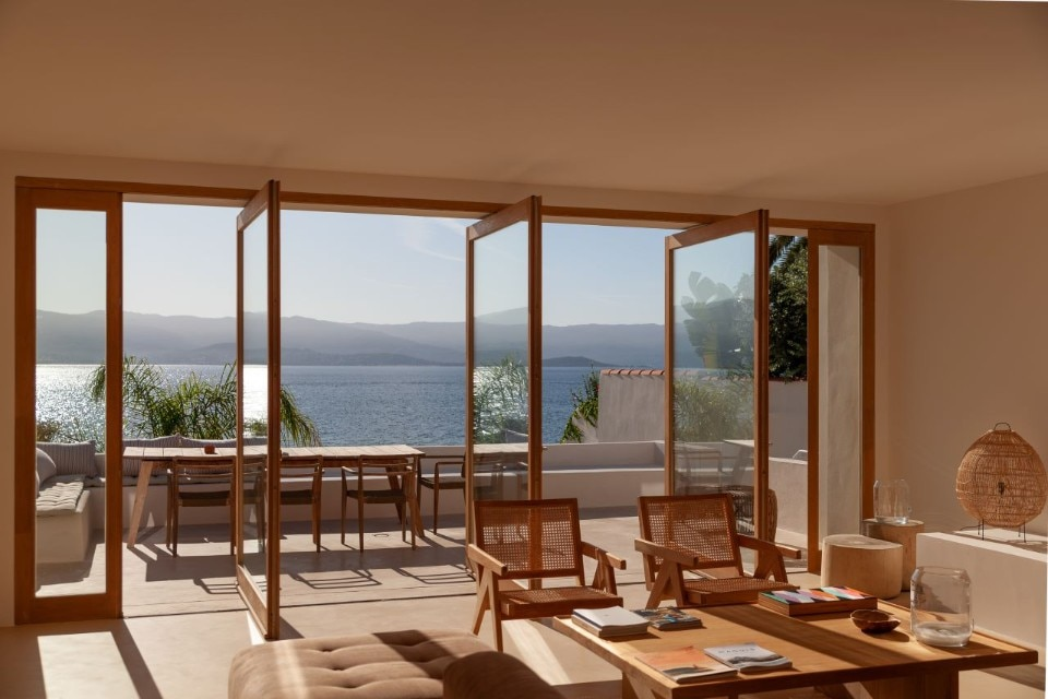 Le salon donnant une splendide vue sur la Méditerranée