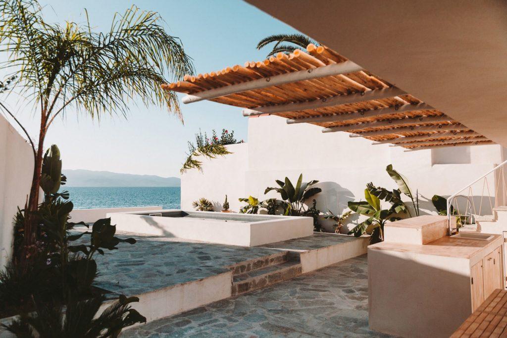 La terrasse donnant sur la piscine.