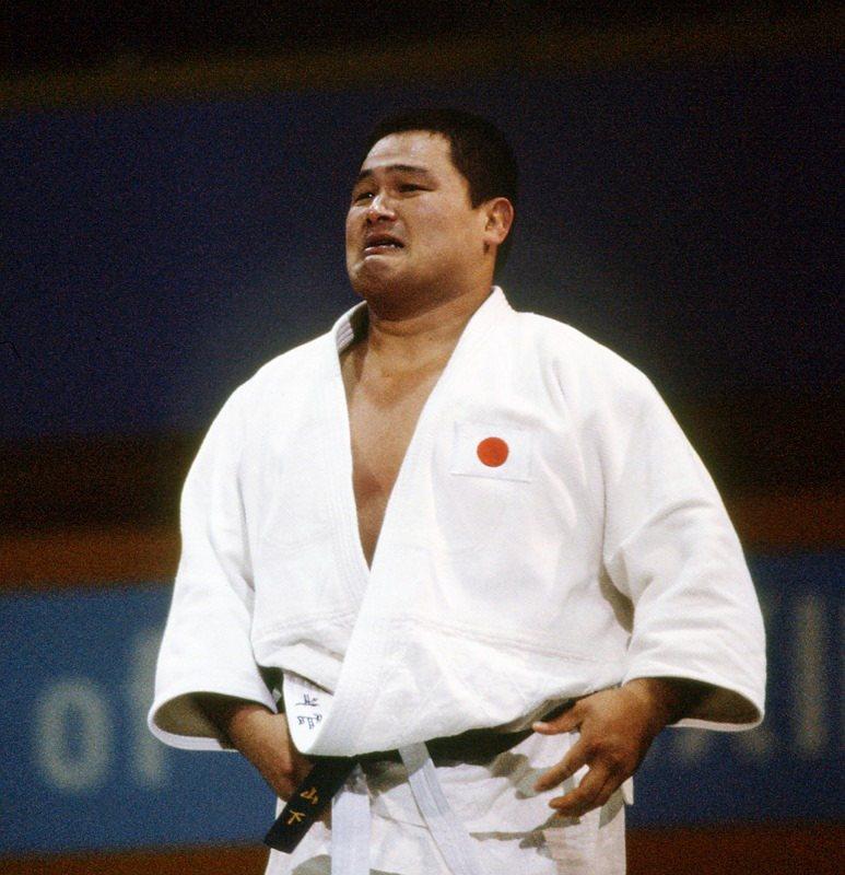 ياسوهيرو ياماشيتا يبكي بعد فوزه بالميدالية الذهبية في أولمبياد 1984