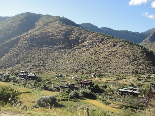 平たい屋根が特徴的なブータンの農家=2012年10月11日、勝野俊一郎撮影