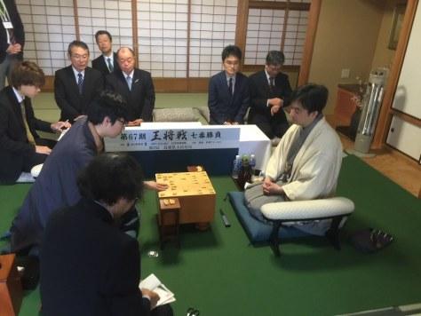 封じ手の6二飛を指す豊島将之八段(中央左)=島根県大田市のさんべ荘で2018年3月7日午前8時56分、丸山進撮影