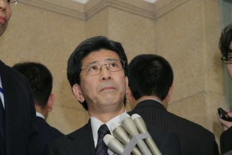 国税庁長官を辞任し、報道陣の取材に応じる佐川宣寿氏=東京・財務省で2018年3月9日午後9時11分、和田大典撮影