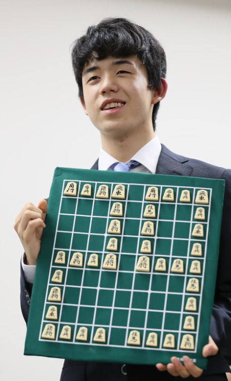 報道陣から受け取った29連勝を表す将棋盤を手に笑顔を見せる藤井聡太四段(当時。現在は六段)=佐々木順一撮影