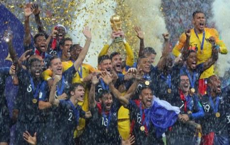 クロアチアに勝利して優勝し、トロフィーを掲げて喜ぶフランスのロリス(中央奥)ら選手たち=ロシア・モスクワのルジニキ競技場で2018年7月15日、長谷川直亮撮影