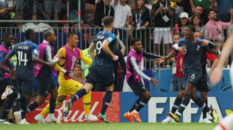 サッカーW杯ロシア大会決勝【フランス-クロアチア】後半、フランス3点目のゴールを決めて喜ぶポグバ(右手前、6番)を祝福するフランスの選手ら=ロシア・モスクワのルジニキ競技場で2018年7月15日、長谷川直亮撮影