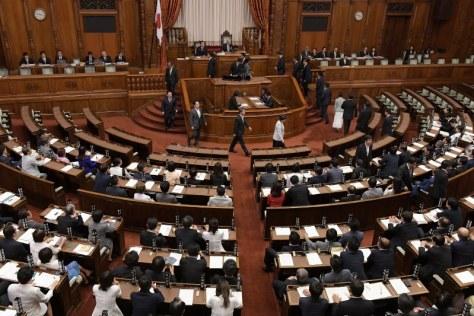 参院本会議でカジノを含む統合型リゾート(IR)実施法案の採決があり、記名投票する議員たち=国会内で2018年7月20日午後9時18分、川田雅浩撮影