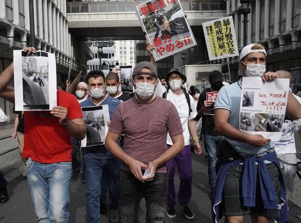 警官に押さえ込まれけが」 渋谷署前で200人が抗議デモ クルド人訴えに共鳴 - 毎日新聞