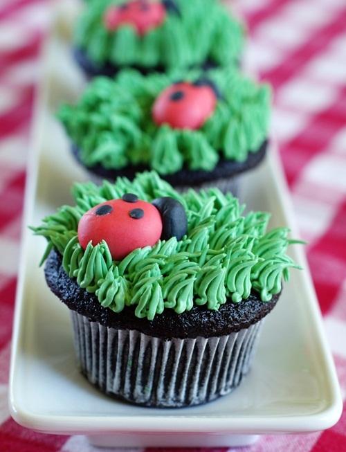 ladybugcupcakeslineclose.jpg