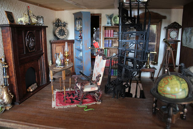 blogess_haunted_dollhouse_passageway.jpg