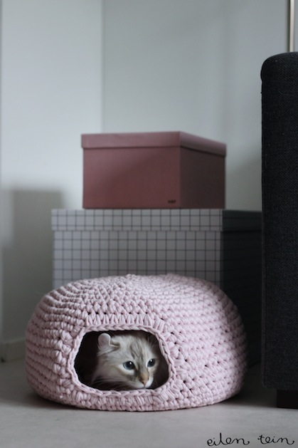eilentein_crocheted_cat_cave.jpg