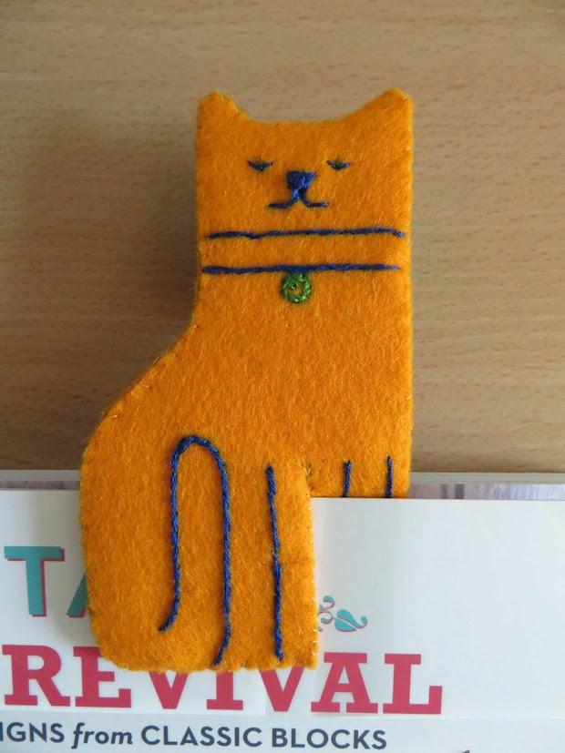 deshilachado_felt_cat_bookmark_01
