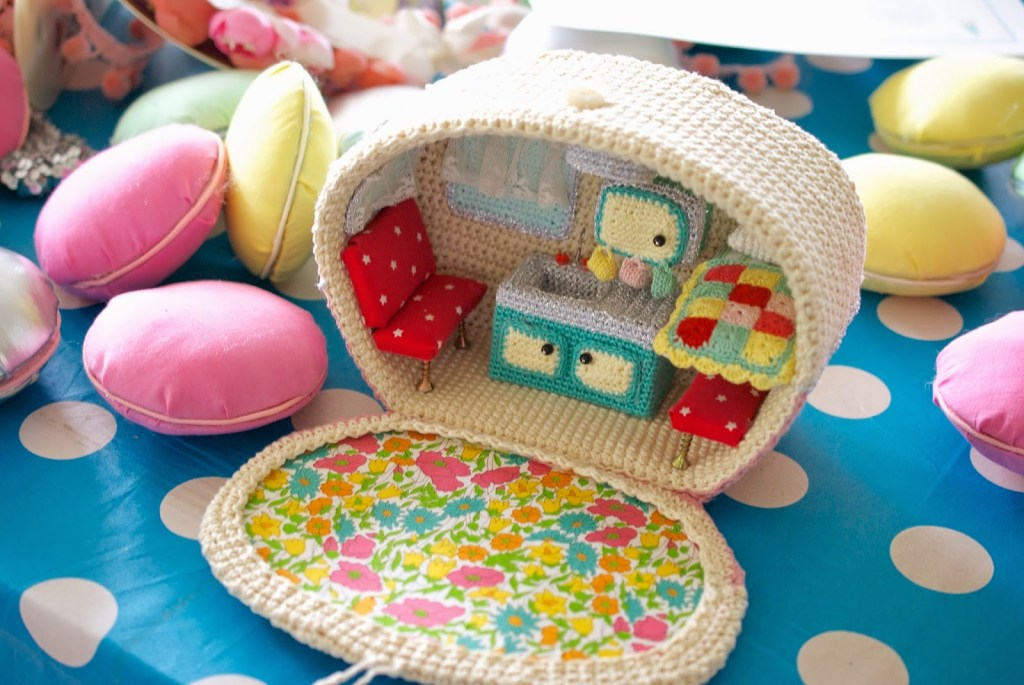 crocheted-vintage-caravan-2
