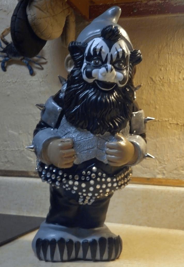 kiss-garden-gnome-2
