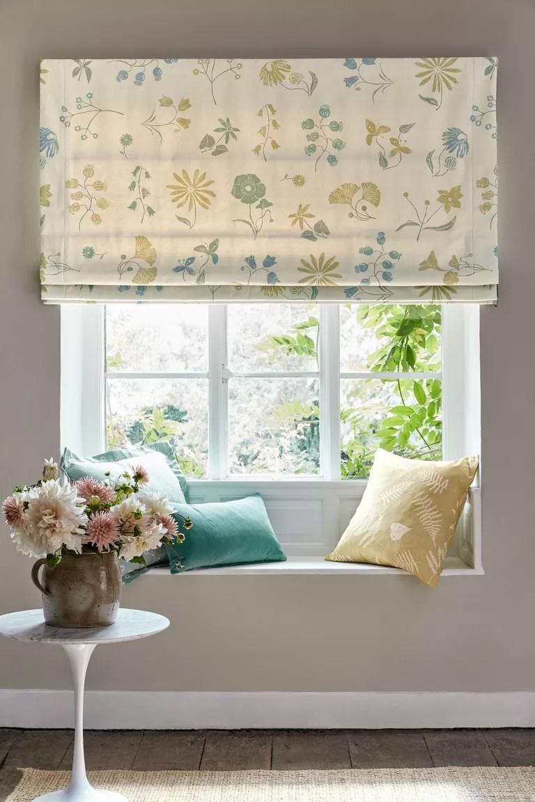 Cottage living room ideas – Window seat with Vanessa Arbuthnott blind