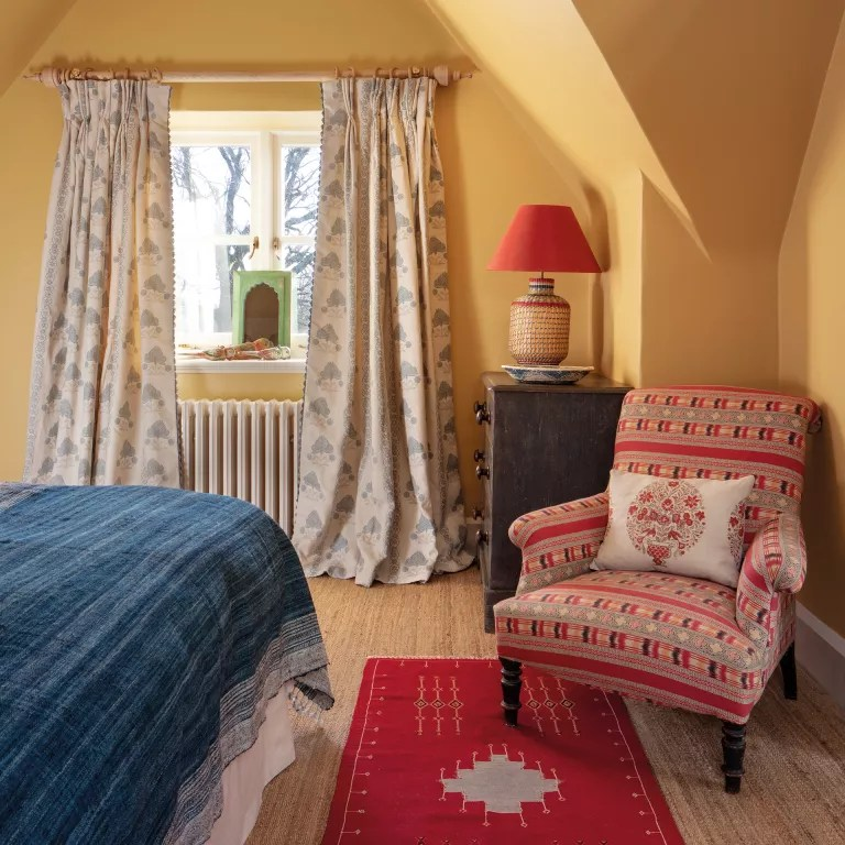 Cottage bedroom ideas - Ikat prints in bedroom in cottage bedroom style