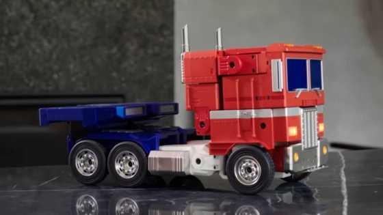 Mengubah Optimus Prime Oleh Robosen