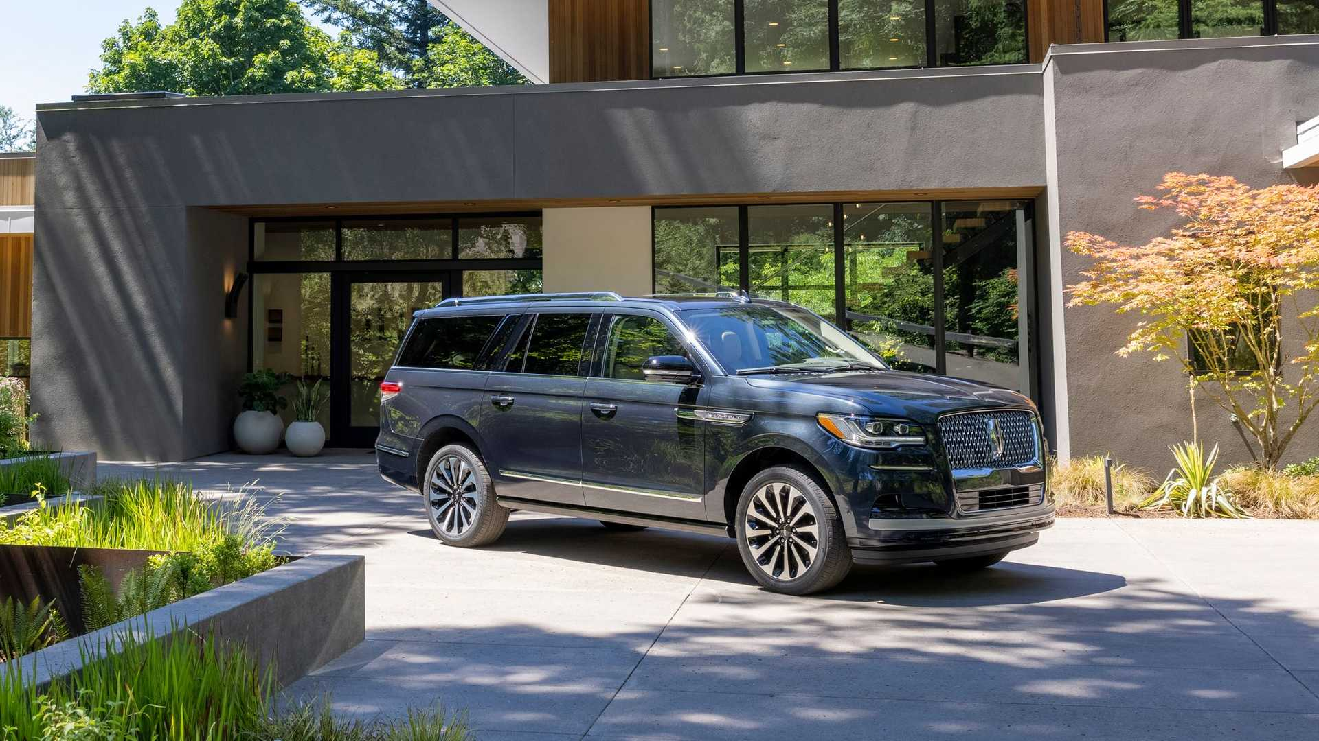 Side view of Lincoln Navigator 2022