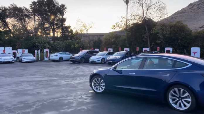 This Is What Thanksgiving Caused On Some Supercharger Stations: Lines
