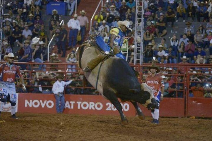 O peão Daniel Batista de Lima, 21, em montaria que valeu o título de campeão do Barretos International Rodeo