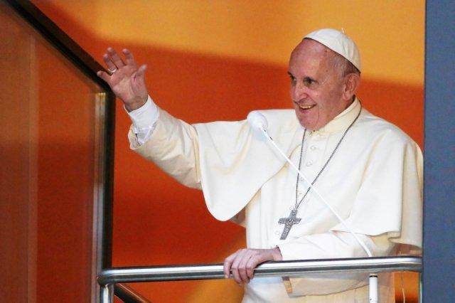 Papież Franciszek znów zaskakuje. Pogratulował i pobłogosławił homoseksualną parę, która ochrzciła troje adoptowanych dzieci.