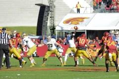 Irish sophomore quarterback Malik Zaire passes. Kevin Song | The Observer.