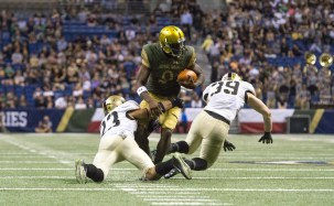 Malik Zaire attempts to break a tackle in Notre Dame's win over Army.