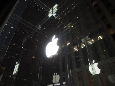 apple_logo_reflection_reuters.jpg