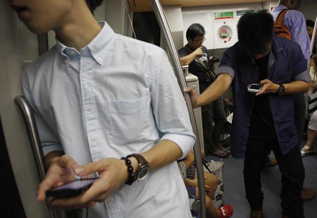 smartphone-usage-train-635.jpg