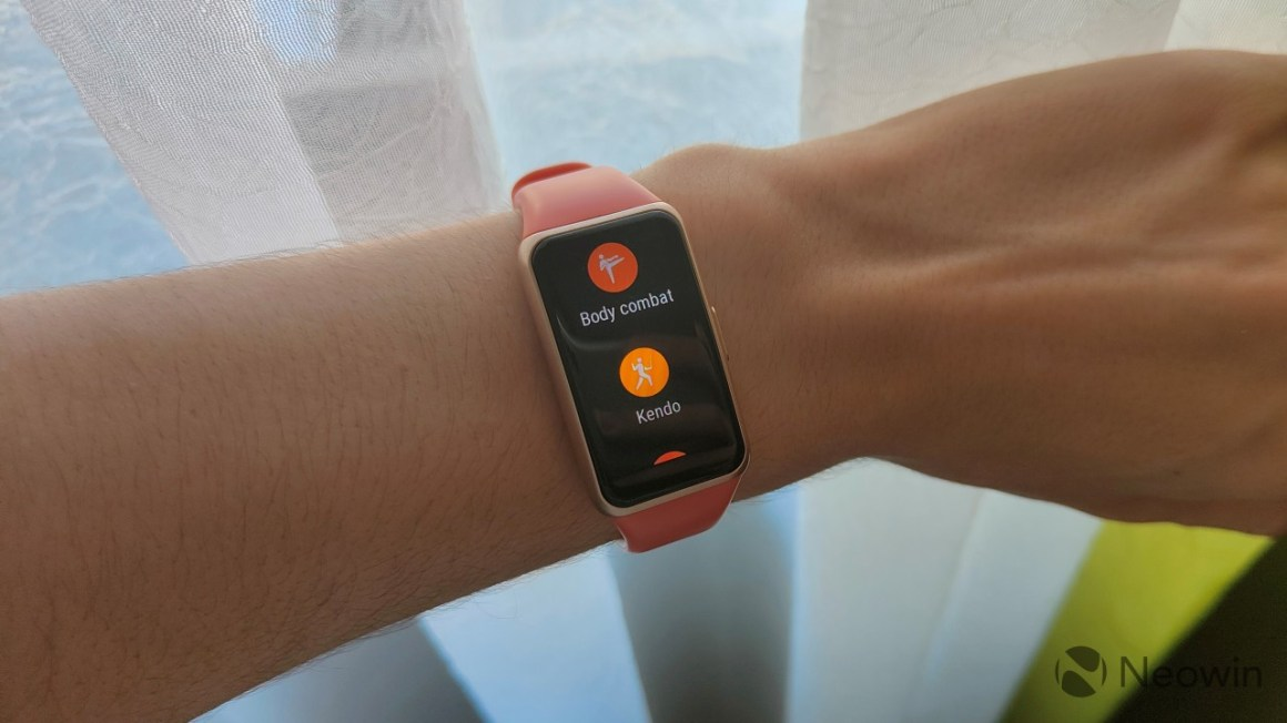 Huawei Band 6 displaying exercise modes like body combat and Kendo