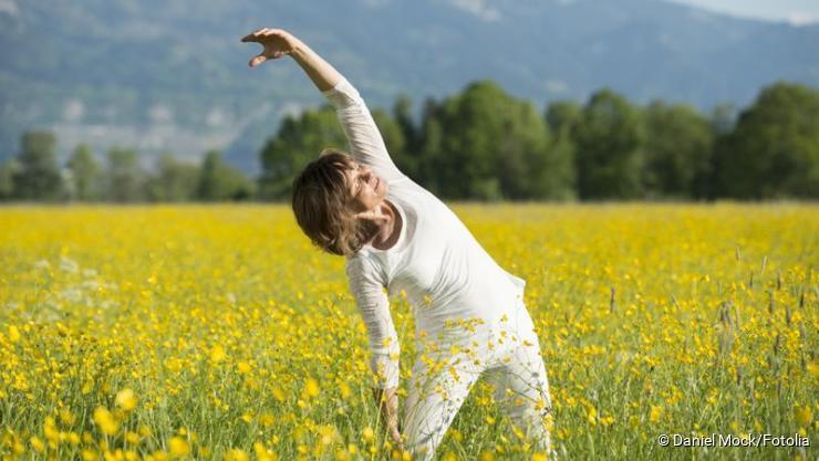 Freu Yogaübung in Natur