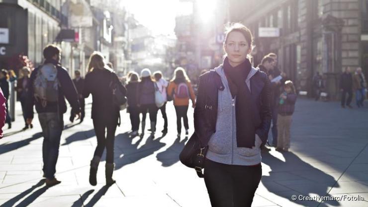 Frau geht in Fußgängerzone