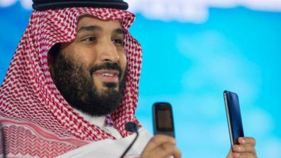 Saudischer Kronprinz Mohammed bin Salman mit Handys.