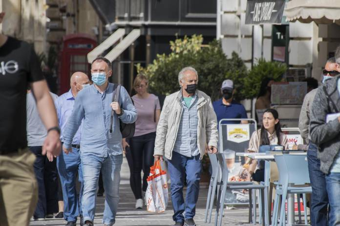 People-wearing-face-masks-in-Valletta