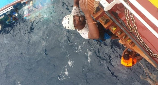 (VIDEO) 06 Sri Lankan fishermen rescued from sinking boat