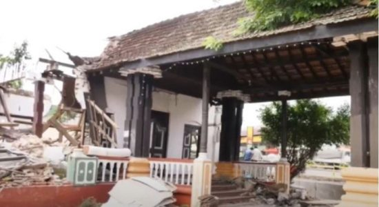 Historic 13th Century 'Kings Court' torn down in Kurunegala by Mayor (VIDEO)