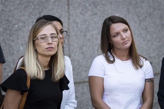 Annie Farmer (links) und Courtney Wild (rechts) sehen zu, wie ihre Anwälte nach einer Gerichtsverhandlung für Jeffrey Epstein am 15. Juli 2019 in New York vor der Presse des Bundesgerichts sprechen.